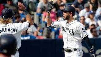 Jugadores de Los Padres de San Diego celebran una carrera