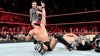Finn Bálor festeja su triunfo contra Roman Reigns
