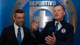 Peláez junto a  Pedro Caixinha en conferencia con Cruz Azul