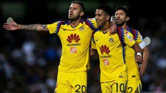 Jérémy Ménez y Cecilio Dominguez festejan gol contra Pumas