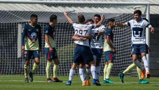 Jugadores de Pumas festejan un gol contra América
