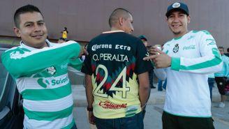 Aficionados de Santos posan con un americanista