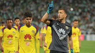 Agustín Marchesín señala a la tribuna