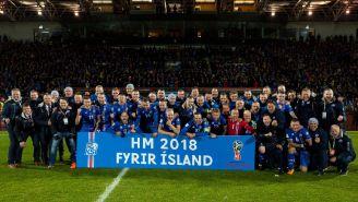 Jugadores de Islandia celbran su pase al Mundial