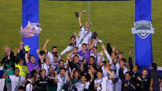 Jugadores de Tapachula levantan el trofeo del Ascenso