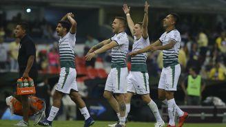 Jugadores de Santos celebran un gol contra el América