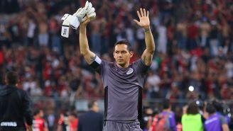 Rodolfo Cota saluda a la afición de Chivas al finalizar un juego