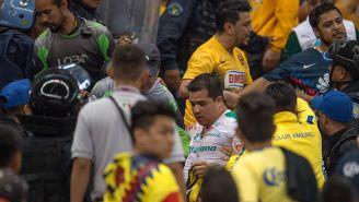Momentos en que la violencia se hace presente en tribuna del Azteca