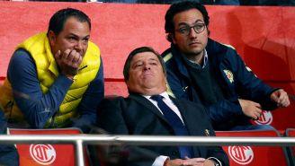 Santiago Baños y Miguel Herrera observan un partido