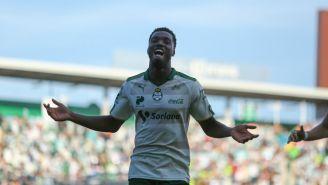 Djaniny celebra un gol con Santos