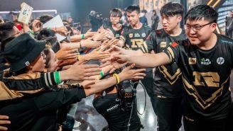 Los jugadores de RNG saludan a sus fans tras ganar una partida