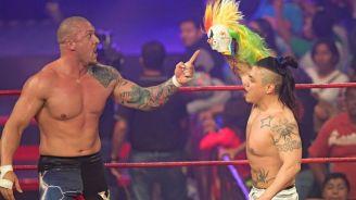 Killer Kross y Juventud Guerrera sostienen la máscara de Psycho Clown