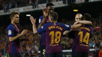 Coutinho abraza a Iniesta en su festejo de gol