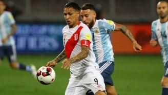 Guerrero disputa un balón en las Eliminatorias entre Perú y Argentina