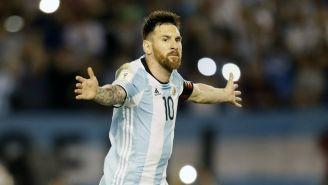 Messi alza los brazos reclamando una falta en eliminatoria de Conmebol