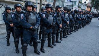 Elementos de la policía, en las afueras del Estadio Nemesio Díez
