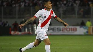 Paolo Guerrero en festejo con la selección de Perú