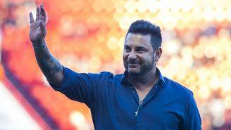 Antonio Mohamed saluda a la afición en un juego de Rayados