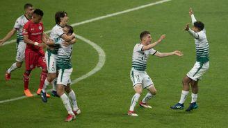 Jugadores de Santos celebran el triunfo frente al Toluca