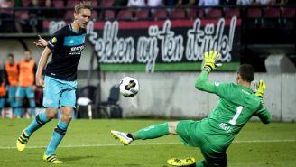 Luuk de Jong remata en un juego con el PSV