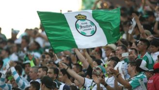 Aficionados de Santos apoyan a su equipo en un juego
