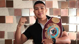 Jaime Munguía muestra su cinturón de Campeón