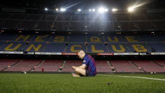 Iniesta, en soledad en el centro del Camp Nou