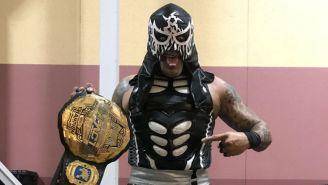 Penta posa con el título de Impact Wrestling