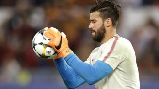 Alisson con el balón en las manos previo a un juego con la Roma