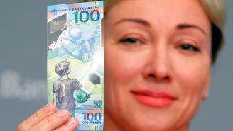 Olga Skorobogátova presenta el billete conmemorativo del Mundial