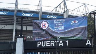 Manta del Cruz Azul en la Puerta 1 del Estadio Azteca