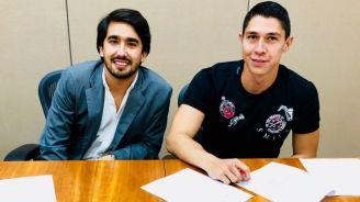 Hugo tras firmar su contrato con los Rayos del Necaxa