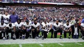 Jugadores de Ravens protestan durante el himno