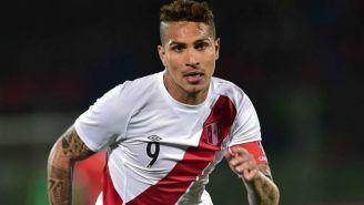Paolo Guerrero en acción con la selección de Perú