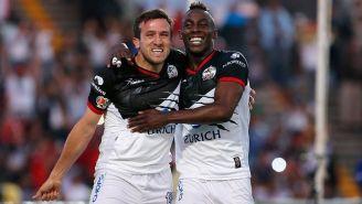 Amione y Quiñones festejan un gol de Lobos BUAP