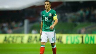 Guardado camina en el Estadio Azteca