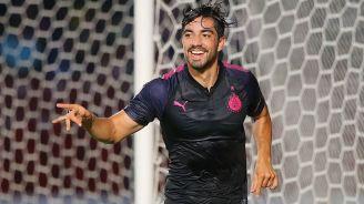 Pizarro festeja un gol con Chivas