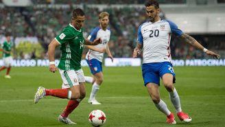 Hernández controla el balón en partido contra EU