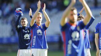 Jugadores del Oviedo aplauden tras un encuentro