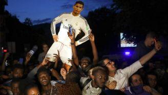 Aficionados del Real Madrid esperan encontrar alojamiento