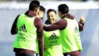 Marco Fabián festeja con sus compañeros en un entrenamiento con el Tri