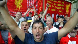 Seguidores del Liverpool alientan a su equipo