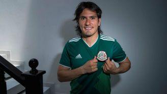 Jorge Hernández señala el escudo de la Selección Mexicana