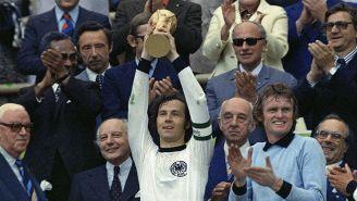 Beckenbauer levanta el trofeo FIFA en el Mundial de 1974