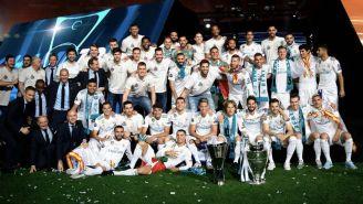 Real Madrid posa en el Santiago Bernabéu con trofeo de Euroliga y Champions League