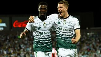 Djaniny y Furch celebran gol con Santos