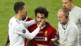 CR7 consuela a Salah tras lesionarse el hombro