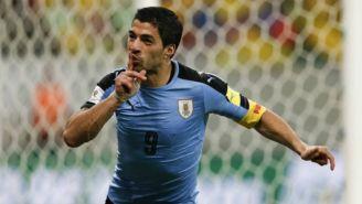 Suárez celebra gol con Uruguay