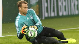 Manuel Neuer ataja el balón durante el partido
