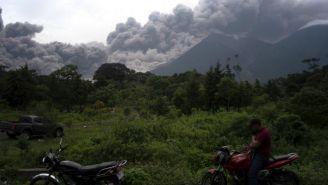 Columna de humo y ceniza que expulsó el Volcán de Fuego